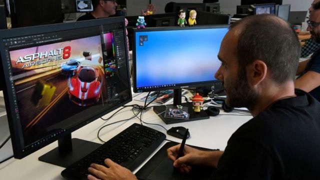 Čovek koji rade na kompjuteru