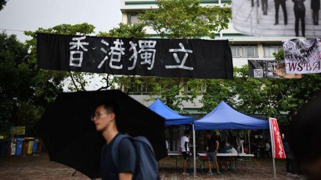 """去年九月,香港多间大学均出现""""香港独立标语""""。"""