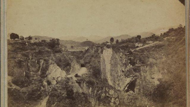 Foto antiga de uma área de exploração de ouro, em Minas Gerais