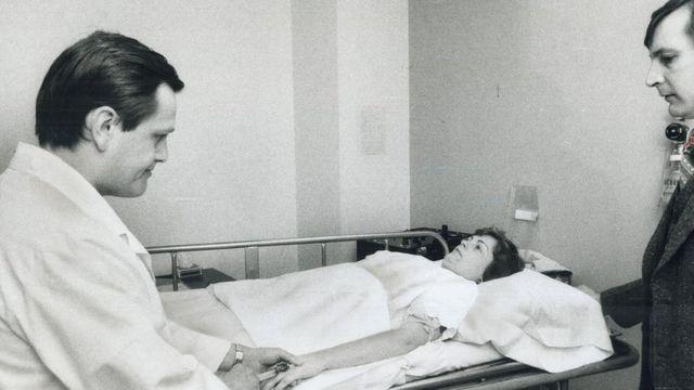 Перед ЭСТ пациенту дают обезболивающее - к середине XX века это стало обычной практикой
