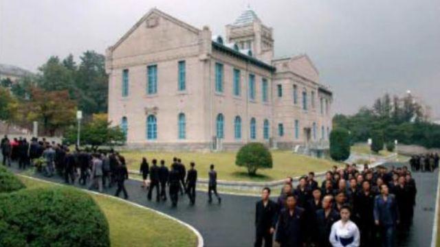 지난해 10월 북한 노동당 창건 72주년 기념일을 맞아 시민들이 북한 당창건사적관을 둘러봤다고 노동신문이 보도 했다