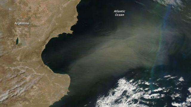 Imagen satelital que muestra nube de polvo sobre el Océano Atlantico al este de la Patagonia argentina