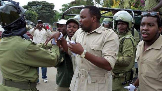 Godbless Lema (hagati), ku ifoto yafotowe mu 2011. Yahoze ahagarariye agace ka Arusha mu nteko ya Tanzania