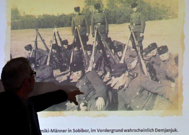 Pesquisador mostra foto de campo de concentração