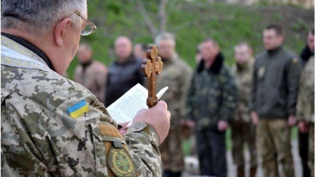Военный капеллан проводит богослужение для военных в Донецкой области