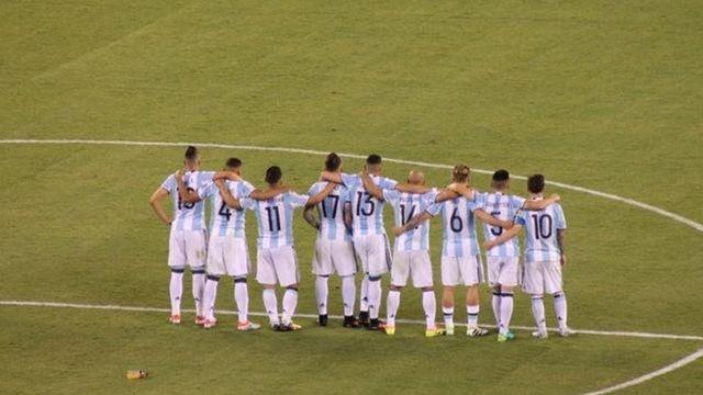 Los jugadores argentinos se abrazan durante la tanda de penales.