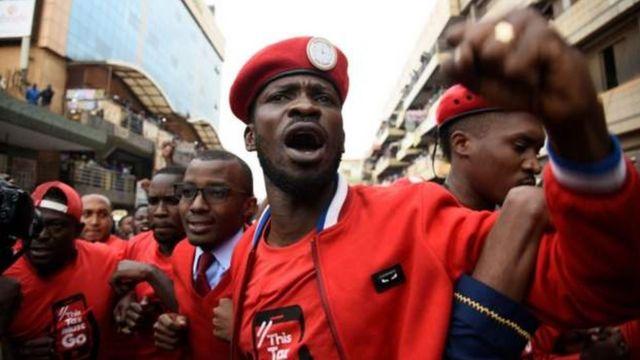 Umushingamateka Bobi Wine yarahagaritswe n'igipolisi umwanya muto ku munsi wa mbere