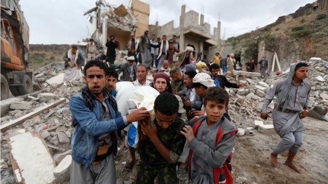 مواطنون يمنيون يحملون جثة أحد الضحايا جراء غارة على صنعاء الجمعة 25 أغسطس/آب)