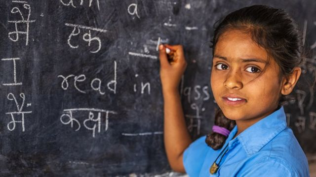Una niña en una escuela de India.