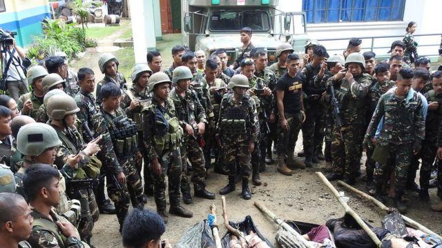 Tentara Filipina dan lima jasad anggota kelompok Abu Sayyaf menyusul baku tembak di Jolo, provinsi Sulu di pulau Mindanao, Filipina Selatan, dalam pembebasan dua nelayan Indonesia yang diculik kelomp[ok itu, 7 September 2017.