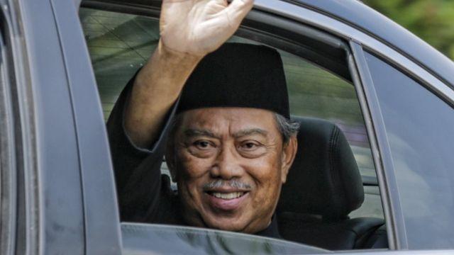 馬來西亞總理穆希丁宣誓就職後向記者招手