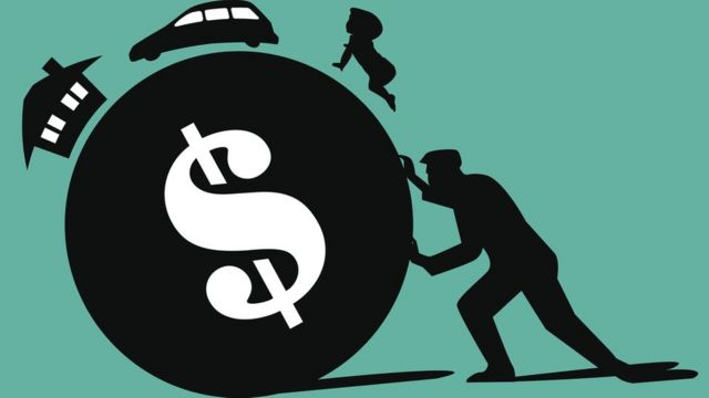 Ilustración de un hombre empujando una esfera de dólar con la casa, el coche y un bebé a cuestas.