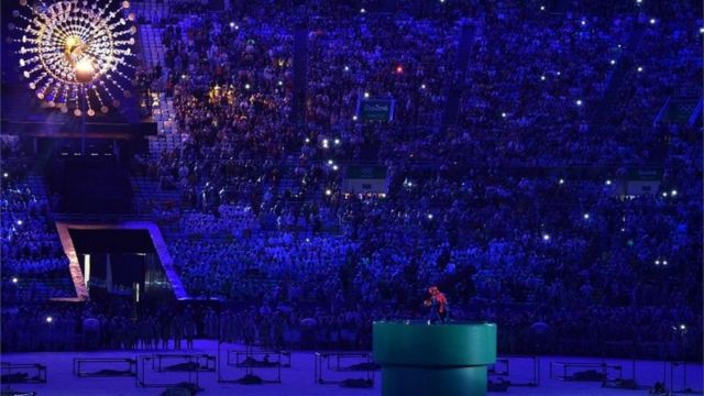 リオ閉会式の中央でマリオの扮装で登場した安倍首相(21日)