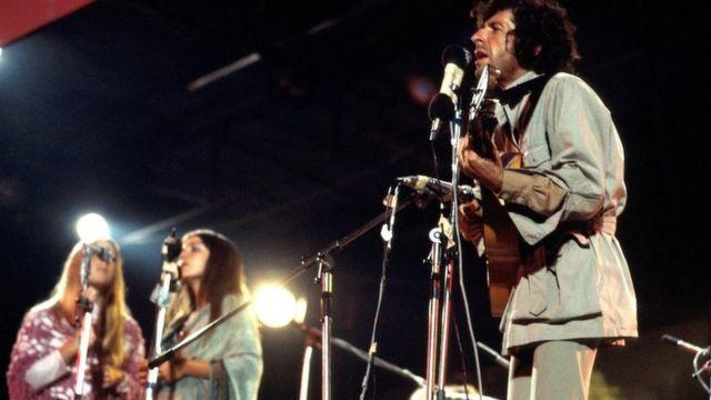 لئونارد کوهن در حال اجرا در فستیوال موسیقی جزیره وایت، انگلستان ۳۰ آگوست ۱۹۷۰