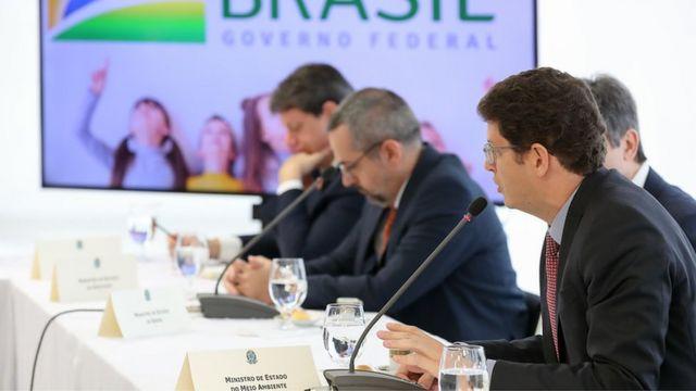 Ricardo Salles fala no microfone em reunião ministerial de abril, com outros participantes ao fundo