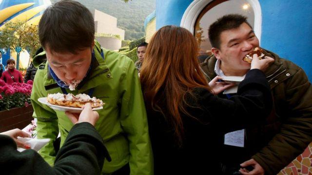 Сегодня у китайских женщин есть масса возможностей для знакомства. На фото - один из конкурсов во время свиданий вслепую