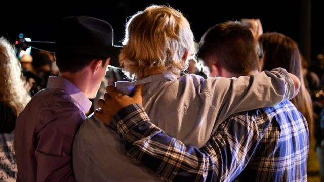 Local residents embrace during a candlelight vigil for victims of a mass shooting in a church in Sutherland Spring (06 November 2017)