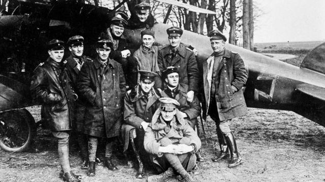 """Эскадрилья """"Летающий цирк"""" немецкой авиации времен Первой мировой войны во главе с """"красным бароном"""" Манфредом фон Рихтгофеном. Этот снимок послужил основой обложки Led Zeppelin II"""