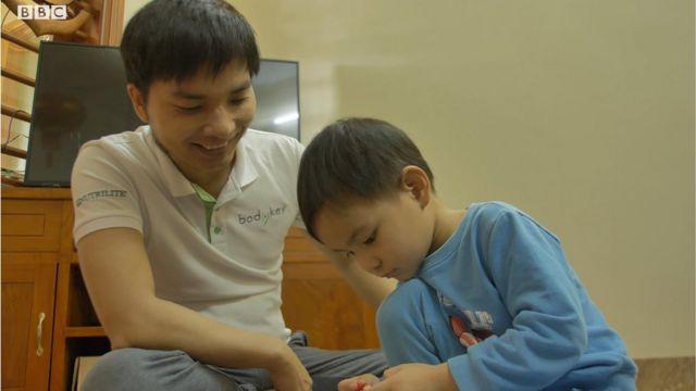 Anh Nguyễn Văn Long chăm sóc con và chơi với con hàng ngày