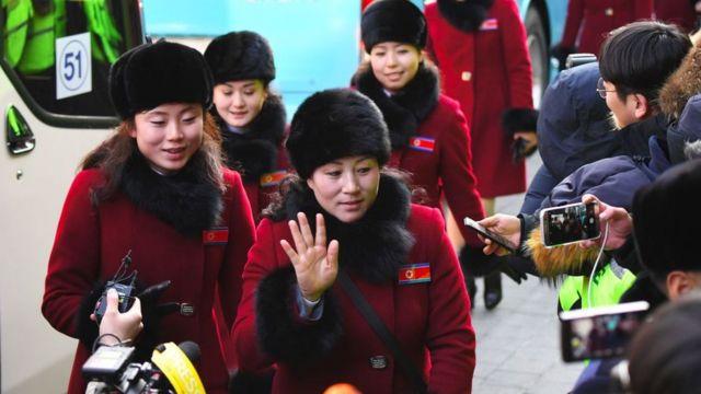 Animadoras norcoreanas, a su llegada a Pyeongchang.