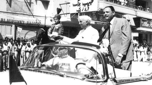 1960 में सिंधु जल समझौते पर हस्ताक्षर के दौरान पाकिस्तान के राष्ट्रपति अयूब ख़ान के साथ कराची में भारत के प्रधानमंत्री जवाहर लाल नेहरू