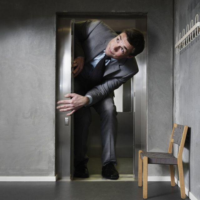 Hombre demasiado alto para la puerta