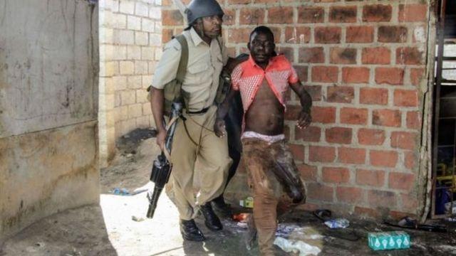Umupolisi wa Zambia afashe umugabo mu mashati