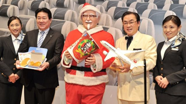 เทศกาลนี้ช่วยให้เคเอฟซีได้จับหุ่นผู้พันแซนเดอส์แต่งตัวในชุดซานตาคลอส