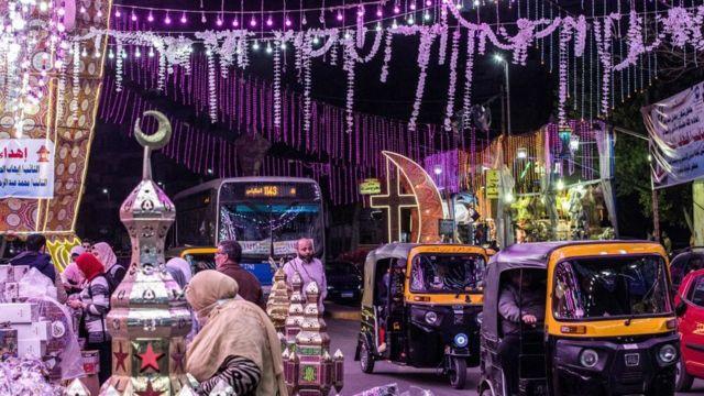 في بعض الدول تزين الشوارع والبيوت بالفوانيس والأضواء احتفاء بشهر رمضان