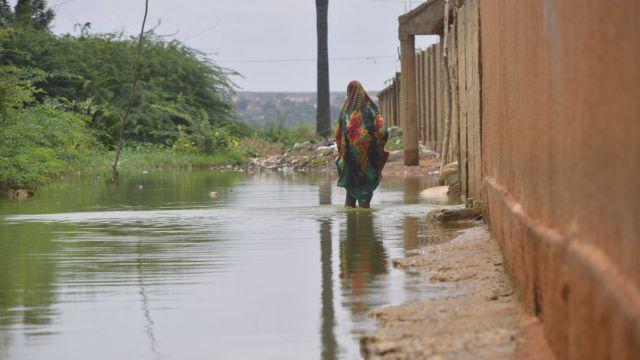 Au Niger, cinquante personnes sont mortes après des inondations provoquées par les pluies torrentielles qui s'abattent depuis 3 mois sur ce pays désertique.