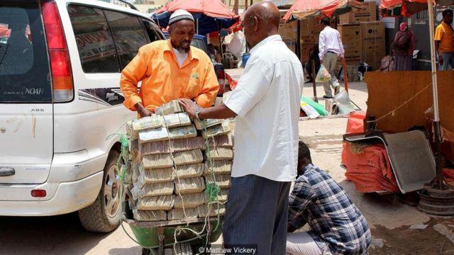 Di Somaliland, mata uang lokal semakin tidak populer - orang beralih ke pembayaran digital dengan mata uang dolar.