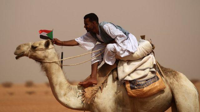 "Un adepto de Mohamed Hamdan ""Hemeti"" Dagolo fuera de Jartum, Sudán"