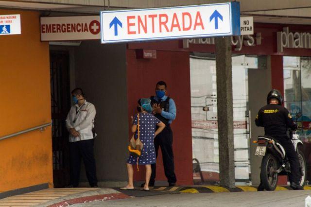 Entrada del Hospital Kennedy en Guayaquil, epicentro del brote de coronavirus en Ecuador