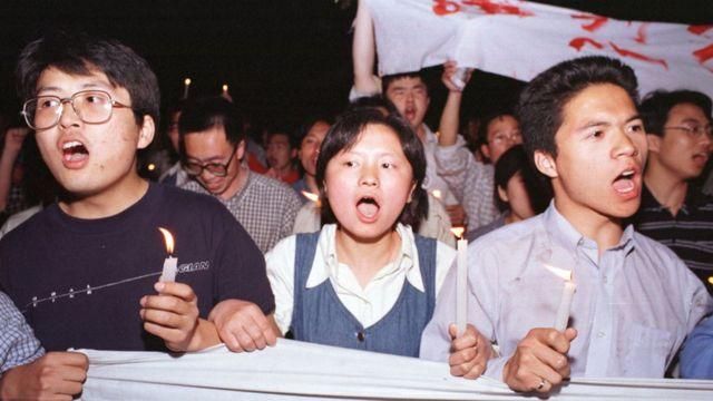Protest Kineza u Pekingu, 9. maj 1999. Protesti su izbili u desetak većih gradova u Kini i izvukli desetine hiljada besnih građana na ulice. Kineski državni mediji su podgrejali bes govoreći da je NATO bombardovanje ambasade u Beogradu bio namerni čin agresije.