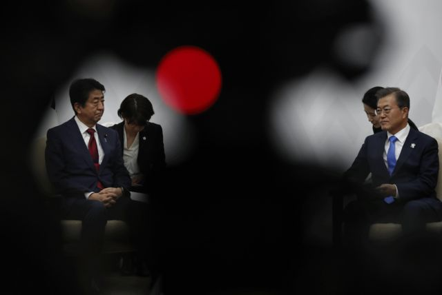 گفتوگو رئیس جمهور کره جنوبی با نخست وزیر ژاپن در مراسم افتتاحیه المپیک زمستانی 2018 کره جنوبی