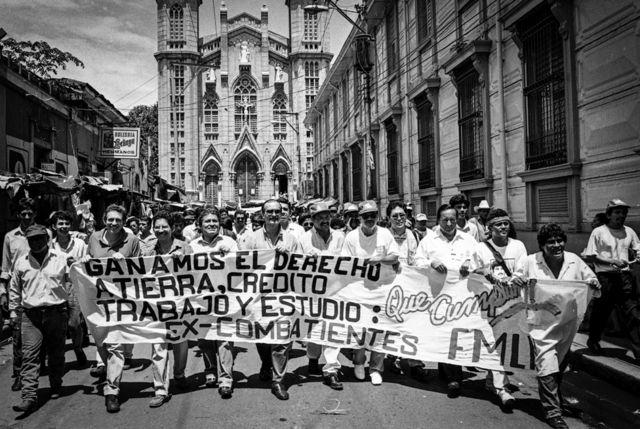 San Salvador, 1992. Ex jefes guerrilleros en las calle capitalinas pidiendo cumplimiento de los Acuerdos de Paz.