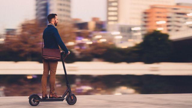 Homem andando de patinete
