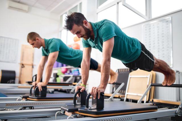 Hombres haciendo pilates