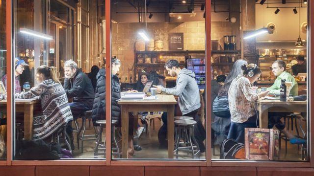 молодые люди в кафе с лэптопами