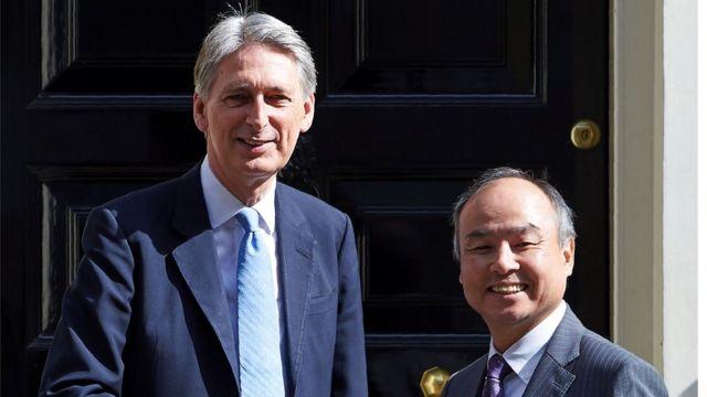 El ministro de finanzas británico, Phil Hammond, junto al presidente de Softbank, Masayoshi Son.