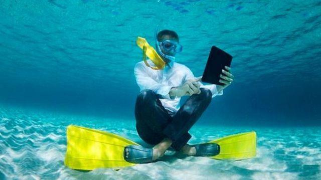 समुंदर में तैराकी के दौरान मोबाइल का इस्तेमाल