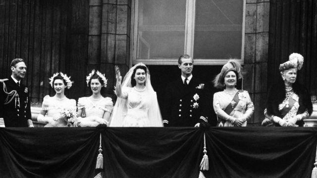 العائلة المالكة في شرفة قصر باكينغهام بعد زفاف الأميرة إليزابيث والأمير فيليب