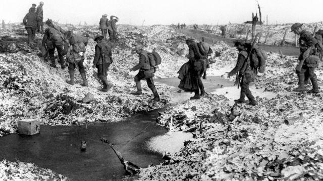 Британские солдаты идут по полю