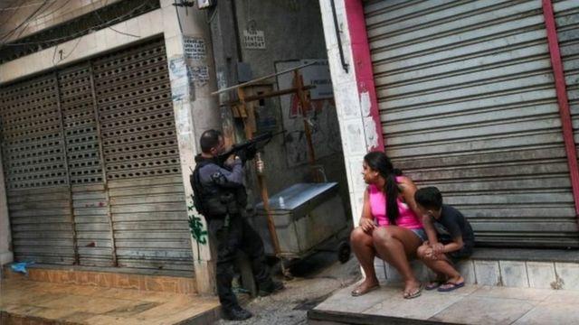 Policial em operação em comunidade