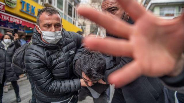 Emniyet kamusal olaylarda 'ses ve görüntü kaydı alınmasını engellemek için'  genelge yayımladı - BBC News Türkçe