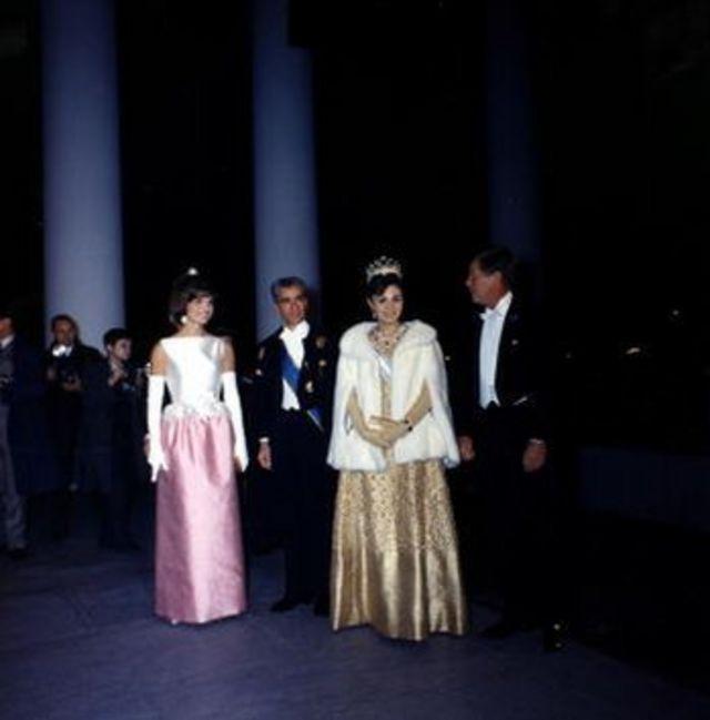 شاه و فرح در سفر ۱۳۴۱ به واشنگتن در کنار جاناف کندی، رئیس جمهور آمریکا و همسرش