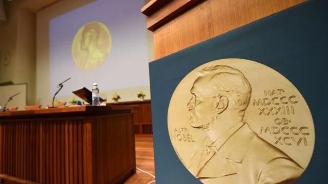 Estrado donde se anunciaron los premios Nobel 2017.