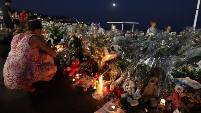 臨時の祭壇が設けられた遊歩道「プロムナード・デザングレ」(19日、南仏ニース)
