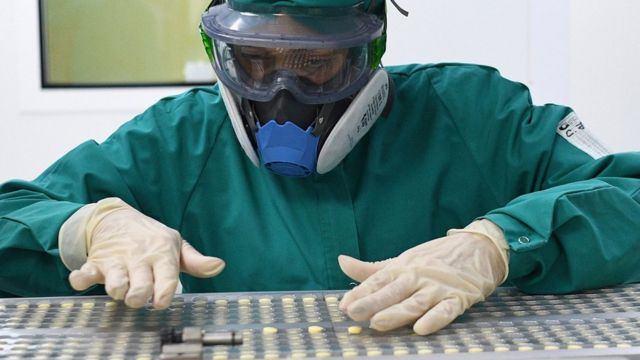 Trabajador de un laboratorio en Rusia durante la producción de faviparivir