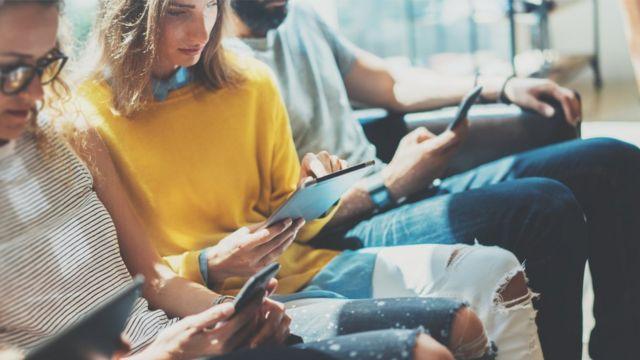 Mujeres leyendo en tablets y teléfonos